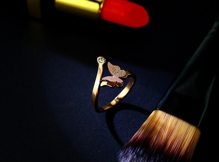 Nhẫn titan con bướm phun cát màu hông free size đẹp giá rẻ