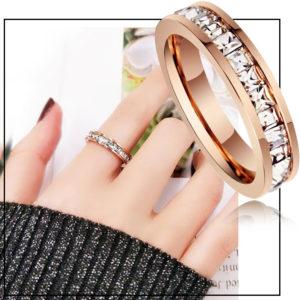 Shop trang sức titan chuyên bán bỏ sỉ, cung cấp giá sỉ Nhẫn titan đính đá vuông quanh chiếc nhẫn mạ màu vàng hồng cực sang trọng giá rẻ nhất thị trường HCM,