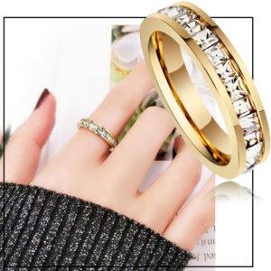 Shop trang sức titan chuyên bán bỏ sỉ, cung cấp giá sỉ Nhẫn titan đính đá vuông quanh chiếc nhẫn mạ màu vàng tươi cực sang trọng giá rẻ nhất thị trường HCM,