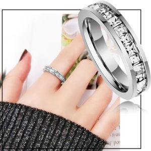 Shop trang sức titan chuyên bán bỏ sỉ, cung cấp giá sỉ Nhẫn titan đính đá vuông quanh chiếc nhẫn màu trắng cực sang trọng giá rẻ