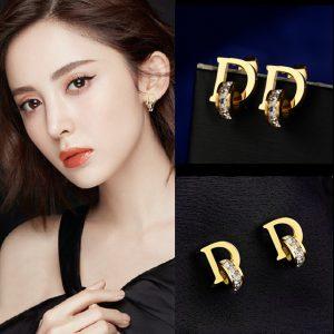 Hoa tai chữ D, bông tai titan thời trang Dior màu vàng